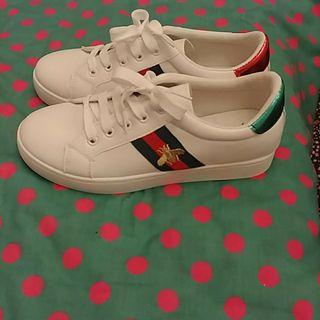 sneakers blancas tribanda y abeja