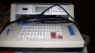 máquina detectora de billetes falsos y calculadora