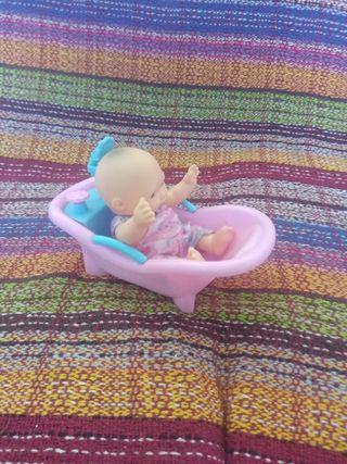 Muñeco y bañera.