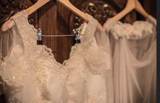 Vestido de novia, velo y complemento pie