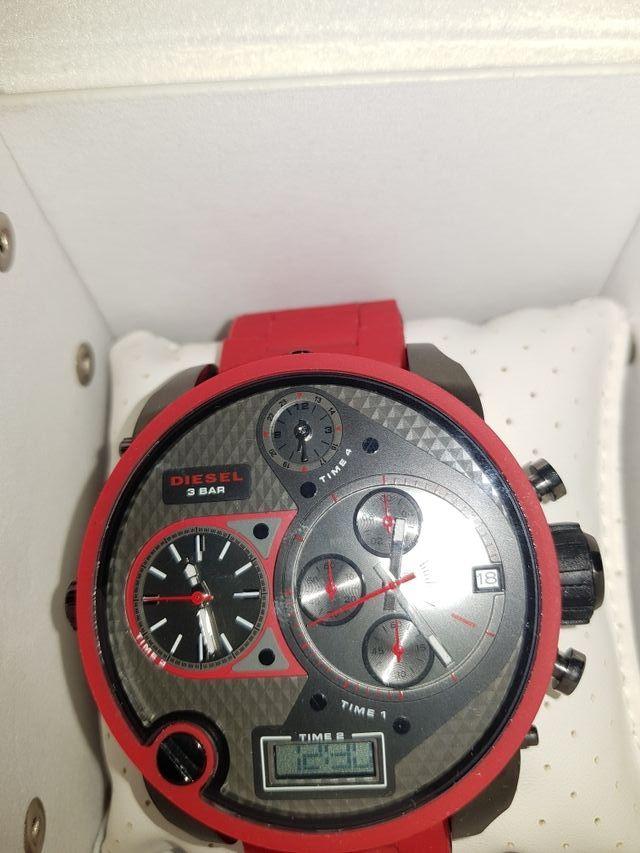 78c5e2262733 Reloj diesel rojo de segunda mano por 250 € en Ourense en WALLAPOP