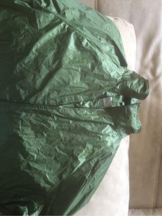 Abrigo de lluvia con capucha