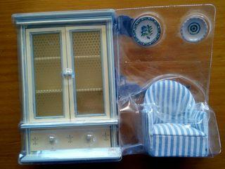 Vitrina, sillon y platitos casa de muñecas