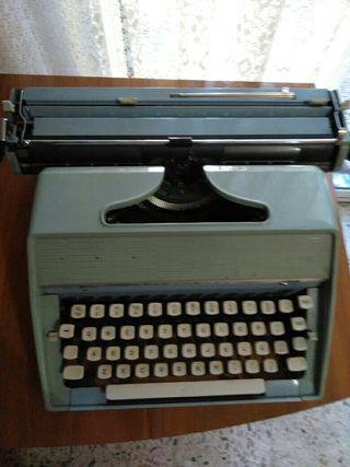 . *máquina de escribir Remington