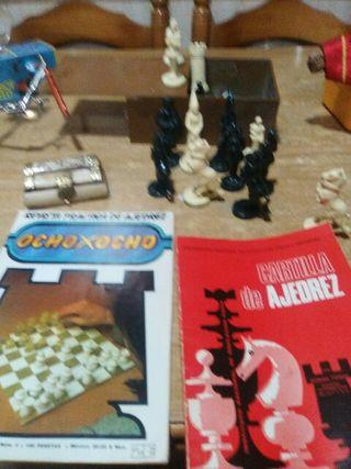 antiguas piezas de ajedrez.revista y cartilla