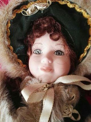 muñeca de porcelana con su pie