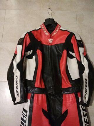 Traje de moto, botas y guantes Dainesse
