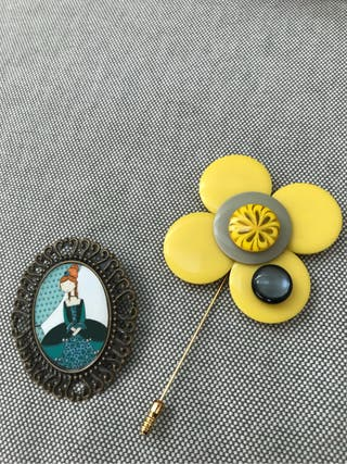 Dos broches artesanales