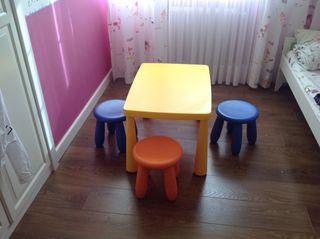 Mesa y banquetas infantiles