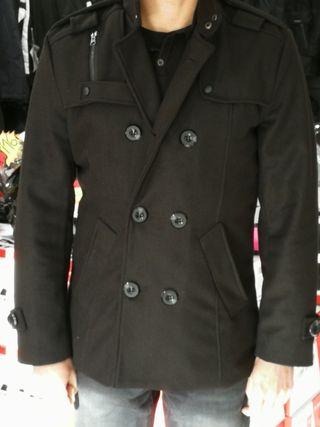 Abrigo en color negro XL