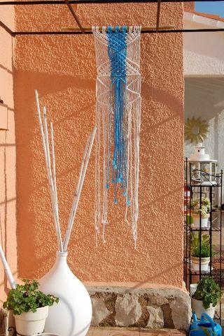 colgante de pared azul blanco hecho a mano