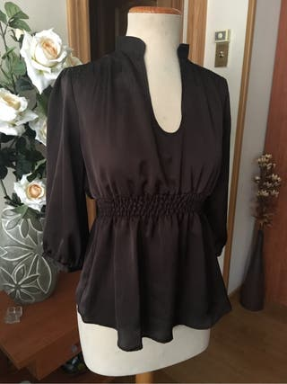 Camisa blusa marrón tipo seda de Zara, talla M, cuello chimenea
