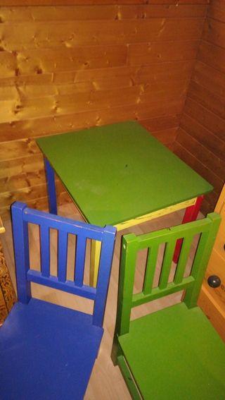 mesa infantil con dos sillas madera