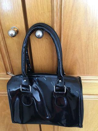 Bolso de mano en Charol negro. Tamaño pequeño
