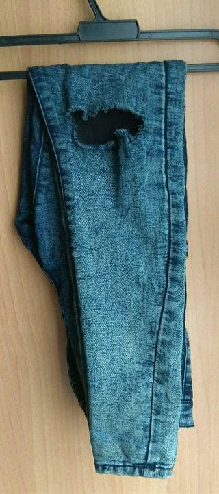 Pantalones con corte en la rodilla