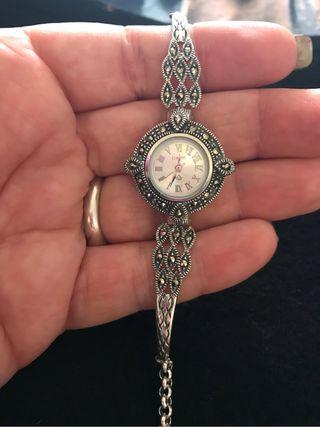 c839423ac985 Reloj de plata con marquesitas de segunda mano en WALLAPOP