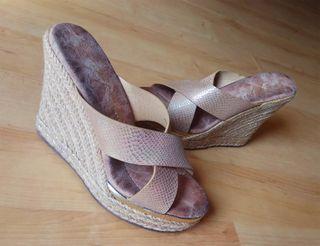 Sandalias cuñas Rosa. piel de serpiente. nº37