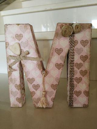Letra decoración M papel con corazones