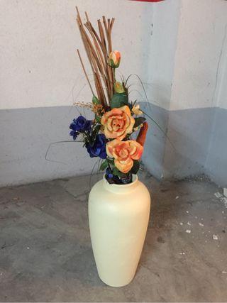 Jarron blanco con flores