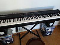 piano Roland y altavoces Yamaha