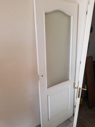 puerta blanca con cristal