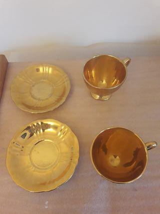 Taza y plato dorados