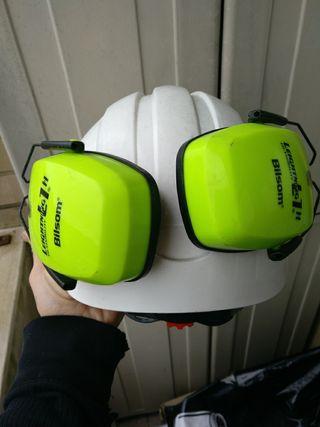 casco de obra con orejeras