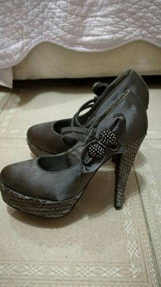 zapatos de tacon gris
