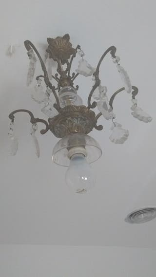 lámpara de bronce y cristal.