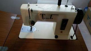 máquina de coser con mueble .regalo hilos