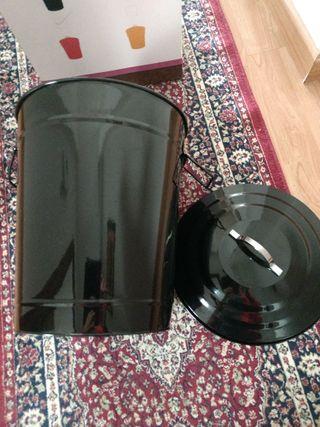 papelera o balde en epoxy nuevo, sin uso