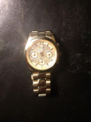 9764cd31f5c4 Reloj Guess dorado de segunda mano en la provincia de Madrid en WALLAPOP