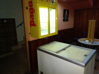 2 congeladores y una vitrina