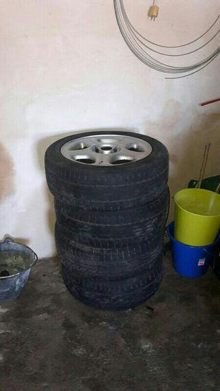 llantas con neumáticos nuevos
