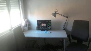 Escritorio + lámpara + sillas.