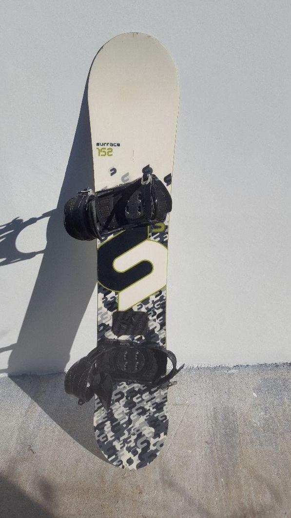 pantalón y tabla de snowboard