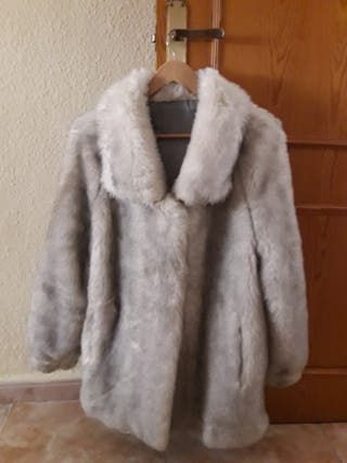 Abrigo pelo blanco y gris