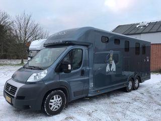 Furgoneta transporte de caballos