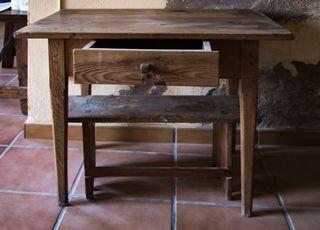 Mesa y taburete antiguos