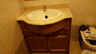 mueble de baño con espejo y tulipas
