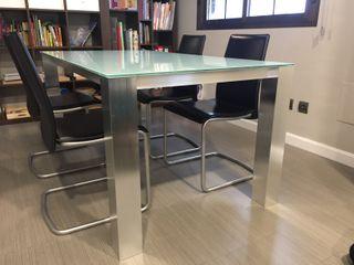 Mesa de comedor + 6 sillas de cuero