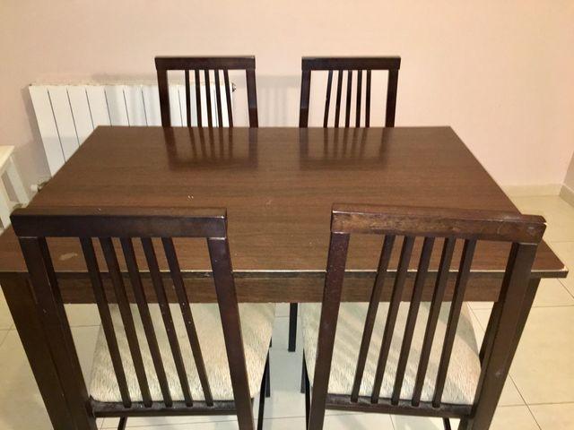 Conjunto de mesa de comedor y cuatro sillas de segunda mano por 70 ...