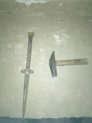clavo y martillo