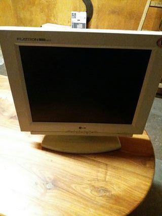 pantalla de ordenador con altavoces