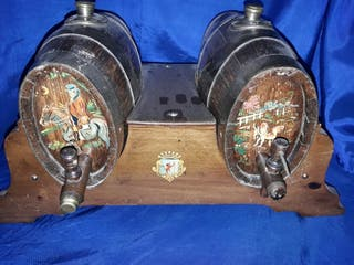 dos barriles de madera antigua pintadas a mano