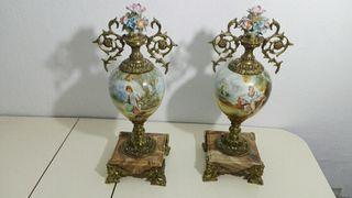 jarrones de bronce con peana de mármol