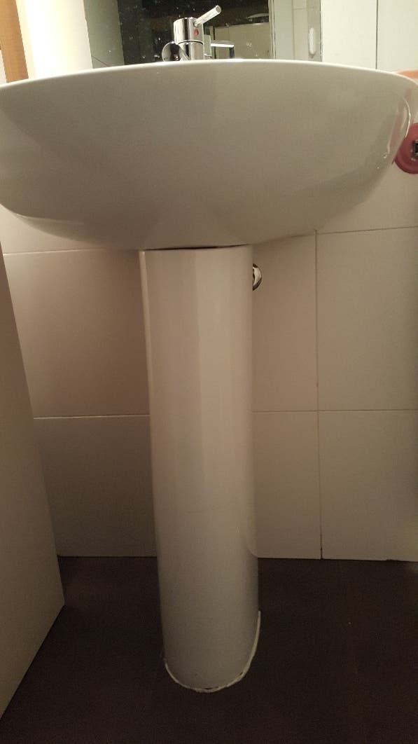 lavabo de pie y grifo