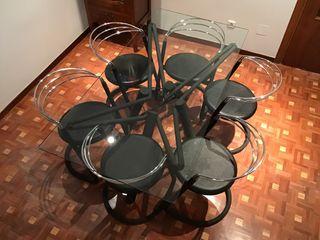 Mesa de comedor de diseño con seis sillas.