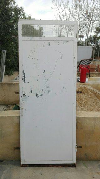 Puerta con ventilacion de hierro.