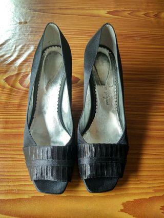 Zapatos de fiesta de raso negro